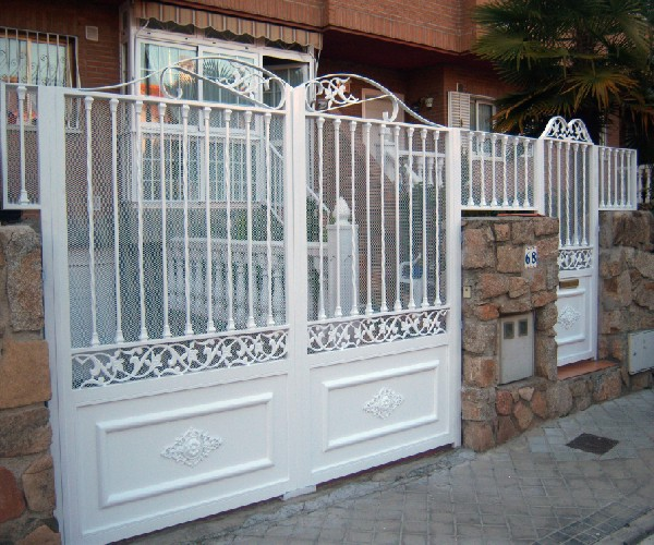 Puertas de hierro puerta de hierro con coronacion en forja for Modelos de portones de hierro fotos