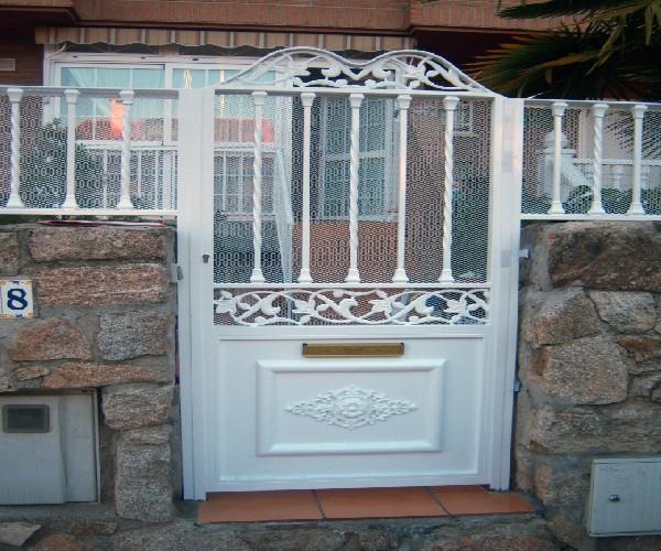 Puertas de hierro puerta de dos hojas con coronacion en - Puertas para porches ...