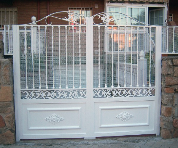 Puertas de hierro puerta de hierro con coronacion en forja for Modelos de puertas de hierro con vidrio