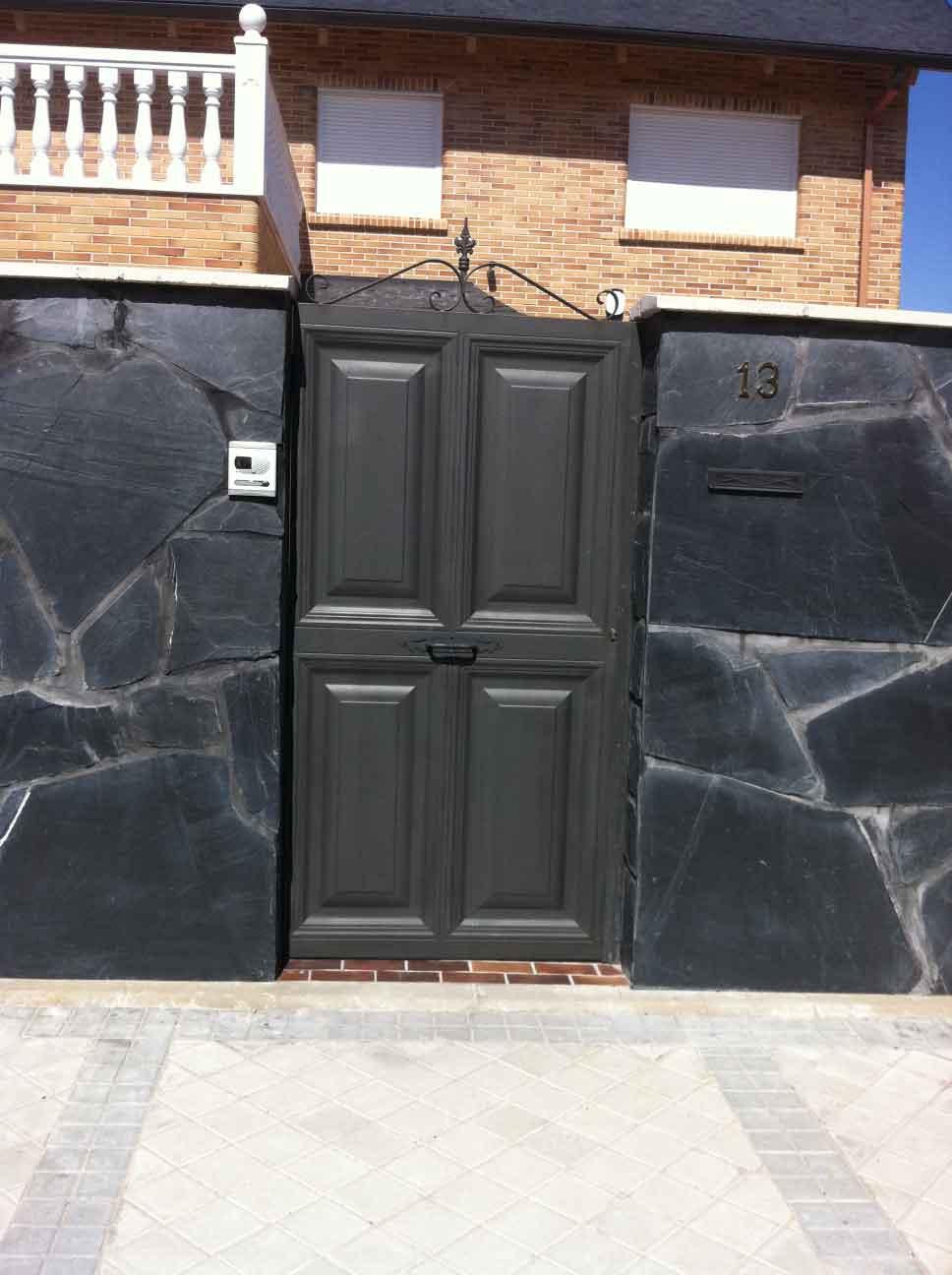 Puertas de cuarterones puerta peatonal de cuarterones - Manillas de forja ...