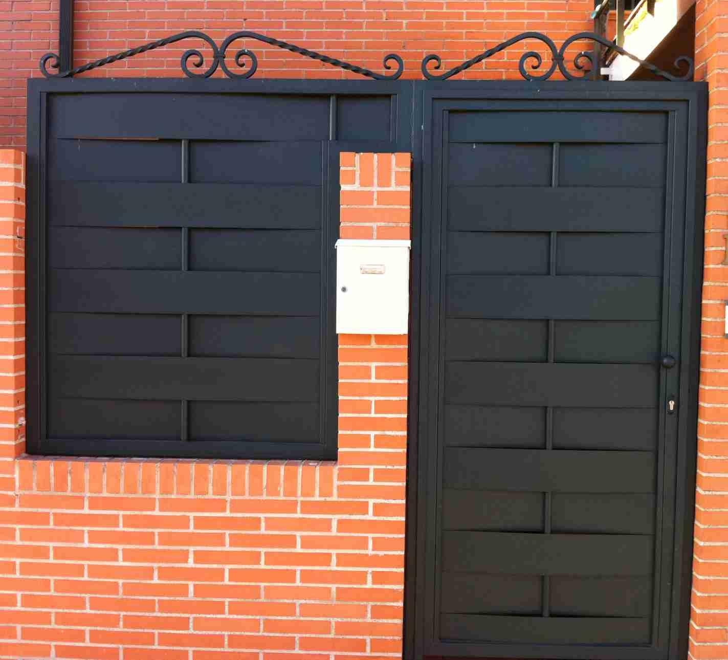 Puertas rusticas puerta peatonal rustica de chapa con for Puertas de chapa para exterior