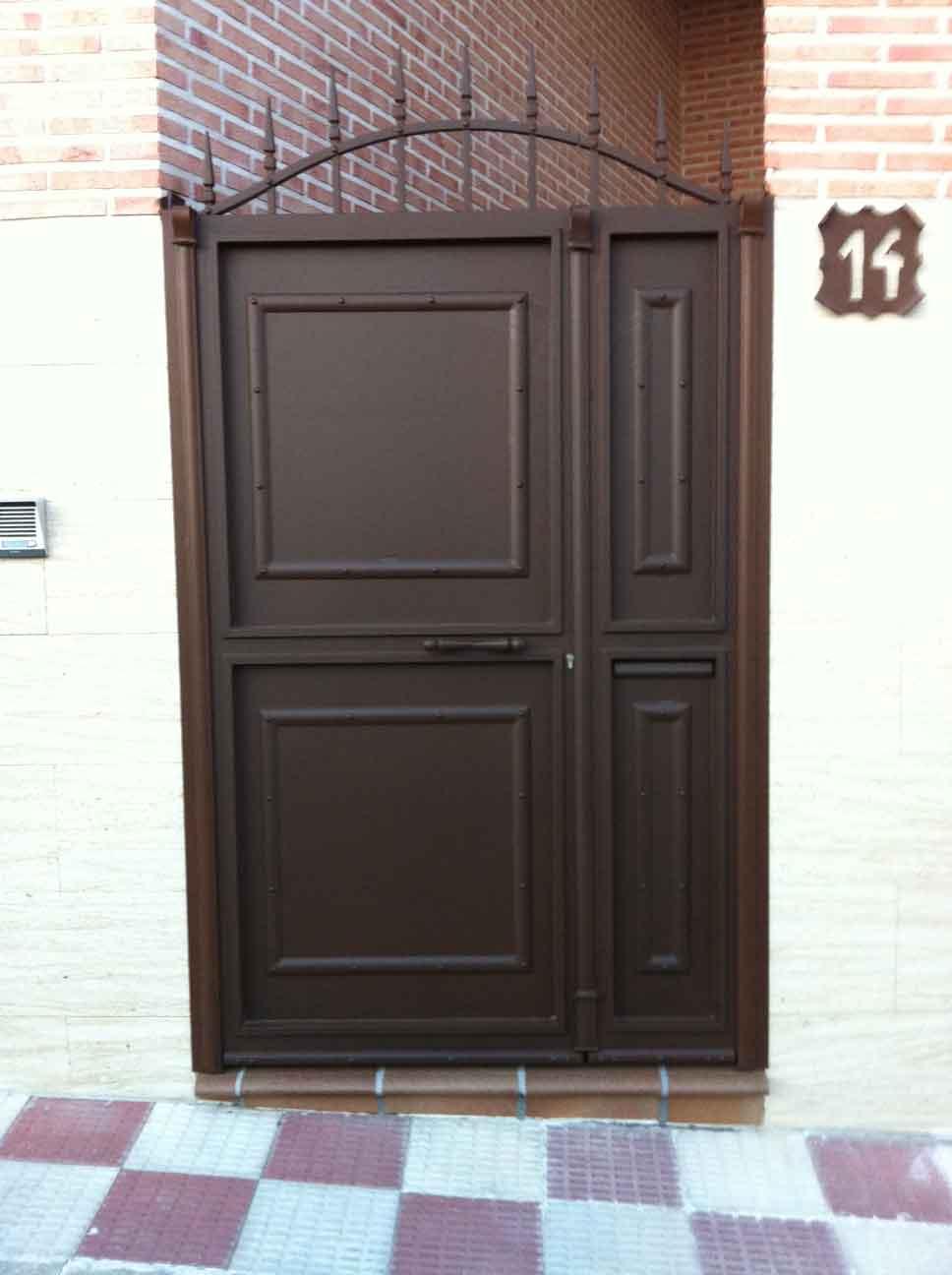 Puertas rusticas puerta peatonal rustica de chapa con for Puertas de aluminio rusticas