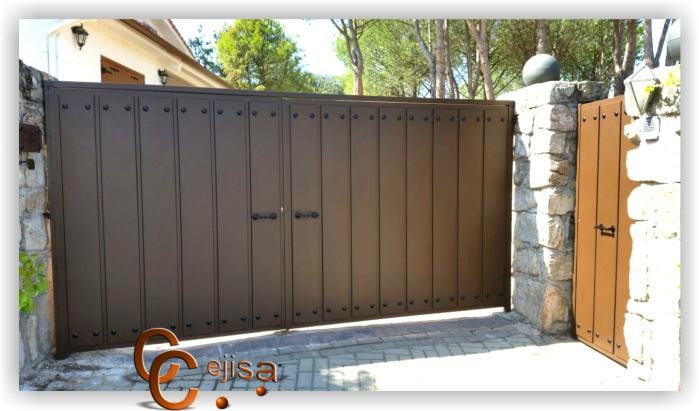 Puerta batiente de garaje para acceso de veh culos for Garajes modelos
