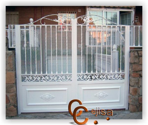 Puerta de hierro modelo moderno abatible en dos hojas for Modelos de puertas de hierro con vidrio