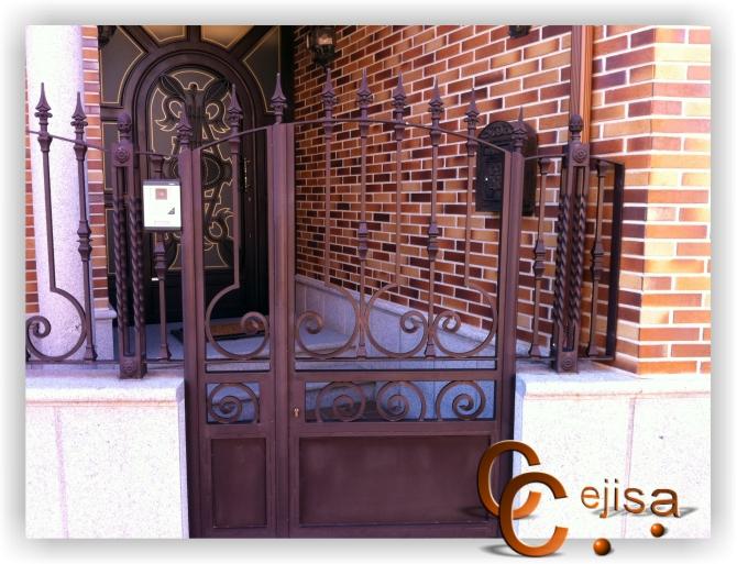 Puertas de forja puerta de entrada peatonal en modelo forja for Modelos de puertas de forja