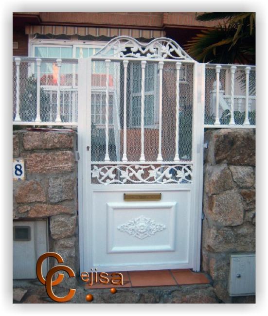 Puerta peatonal de una hoja en hierro modelo moderno for Modelos de portones de hierro