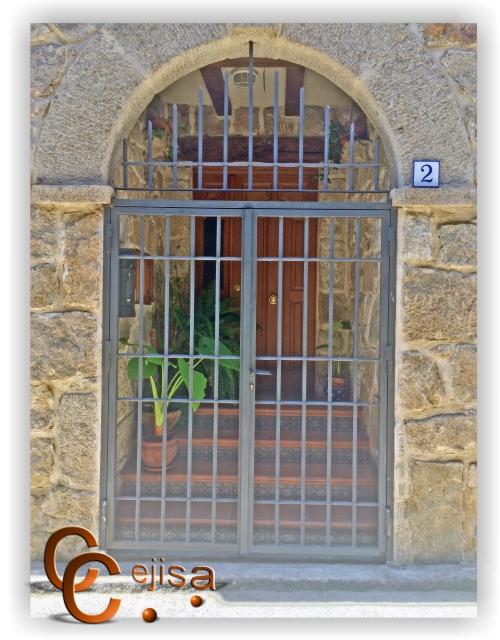 Reja para la entrada a casa de campo forrada de piedra - Rejas para casas ...